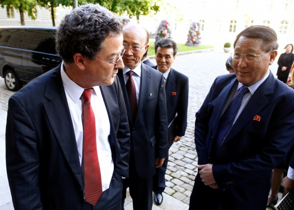 北韓媒體報導,北韓前外務省第一副相姜錫柱(右一)先前罹患食道癌,昨日因食道癌引發急性呼吸困難辭世,享壽76歲。(路透)