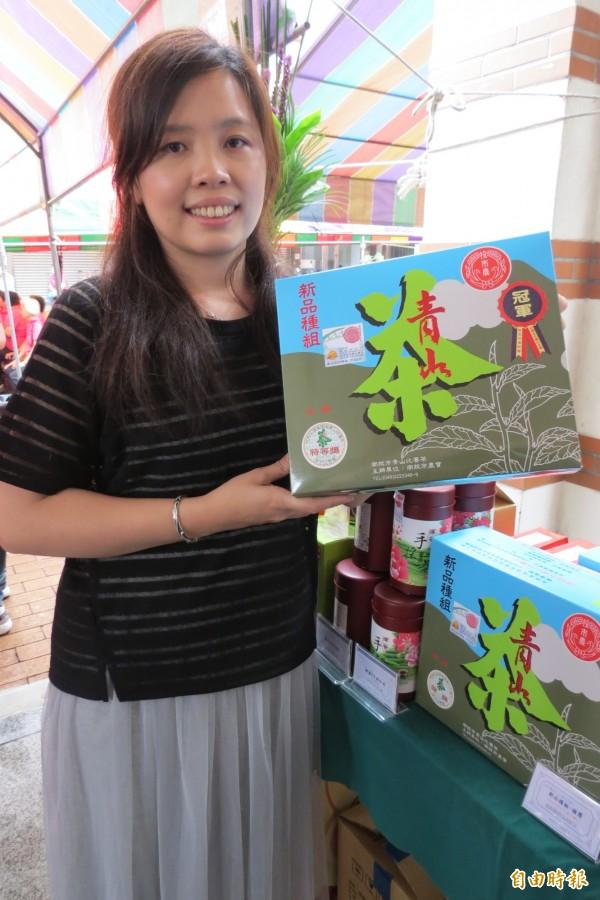 女茶農莊佩君,拿下今年南投市青山茶春季優良茶競賽新品種組特等獎。(記者張協昇攝)