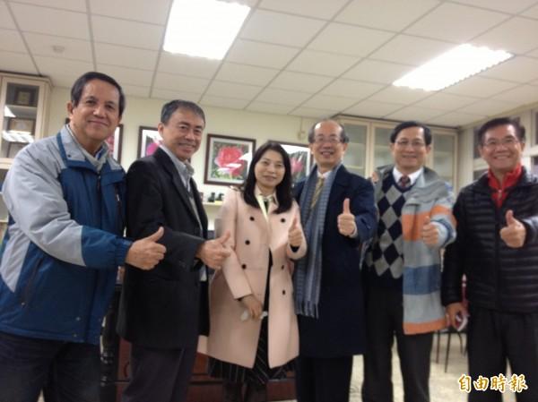 中小學校長協會今天發出聲明,理事長翁慶才(右三)表示,107年上路的12年國教課綱,正在現場衍生許多的新問題。(翁慶才提供)