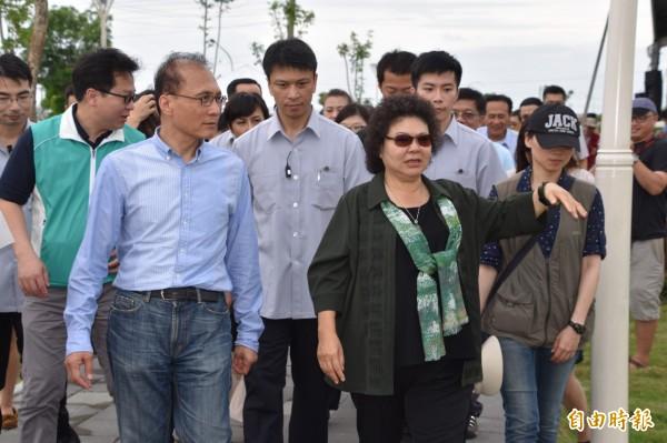 新任行政院長林全(左)今天視察高雄永安滯洪池表示,防洪治水做不好,是政府的恥辱。(記者蘇福男攝)