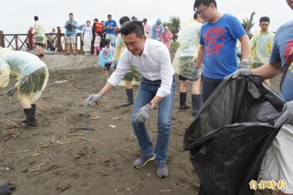 新竹市長林智堅捲袖與大家一起淨灘撿垃圾。(記者蔡彰盛攝)