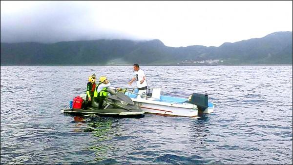 蘭嶼鄉民開小船到海上與水上摩托車騎士溝通。(謝男海提供)