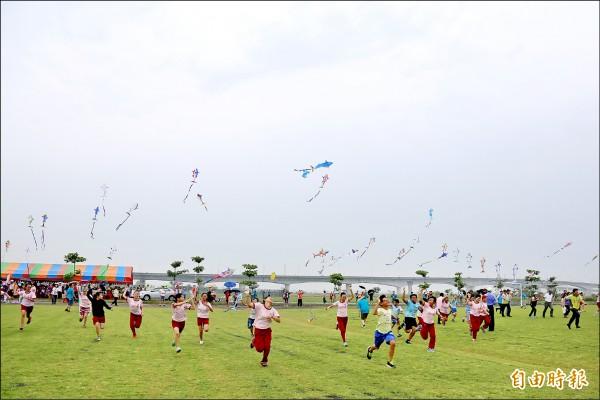 屏東國際風箏節昨天下午開幕,卻強碰了今年第一場梅雨。 (記者邱芷柔攝)
