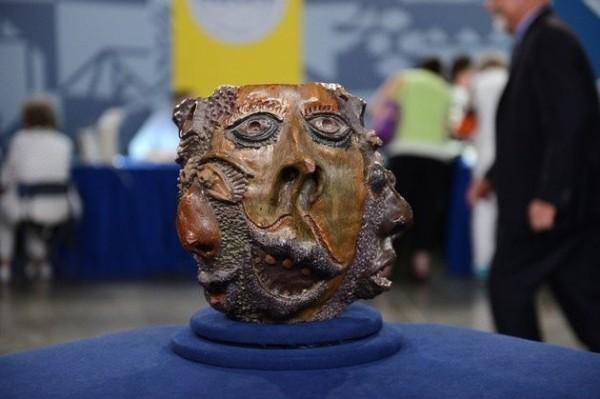 美國古董鑑定節目,錯把高中陶藝課作品,當成價值百萬的19世紀古文物;烏龍事件迅速引起網路熱議。(圖擷取自Huffington Post)