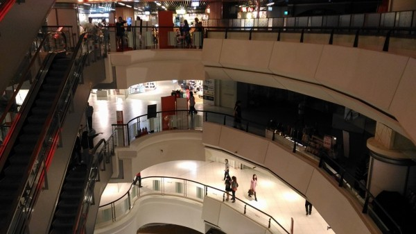 新竹Big City遠東巨城購物中心,今天晚間8點55分左右,經民眾回報發生跳電且停電的事件,形成一半有電、一半沒電的奇景。(圖擷取自爆料公社)