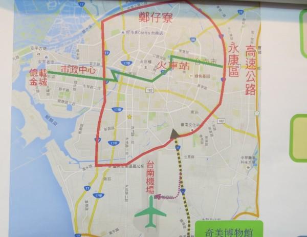 呂維胤利用路線圖,建議交通局規劃環狀線應往南增加一條到機場的支線。(記者蔡文居翻攝)