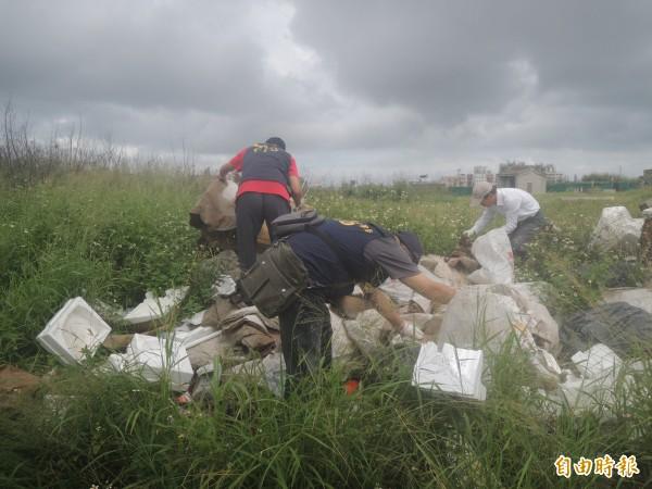 環保稽查小組翻動垃圾,展開蒐證工作。(記者劉禹慶攝)