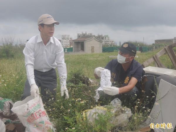 澎湖地檢署檢察官吳巡龍〈白帽者〉,仔細檢視稽查人員搜出的證據。(記者劉禹慶攝)