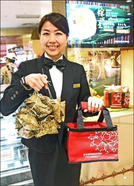 長榮桂冠酒店的粽子禮盒使用大紅色的保冷袋,喜氣又環保。(長榮桂冠酒店提供)