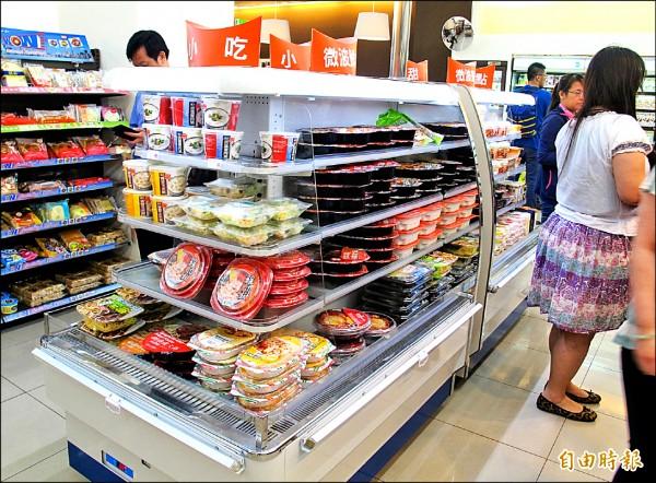 便利商店微波食品不在市府市政大樓禁用餐具規範範圍內,銷售反而逆勢成長。(記者謝佳君攝)