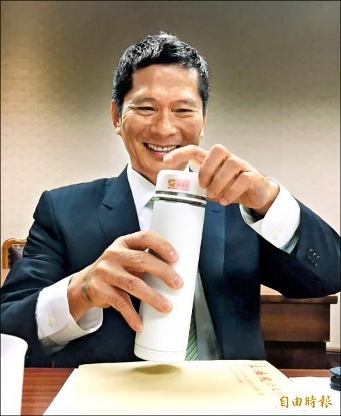 客委會主委李永得昨前往立法院備詢,妻子立委邱議瑩人雖然沒到,但請助理送來裝在保溫瓶裡的熱茶,為他潤喉。(記者方賓照攝)