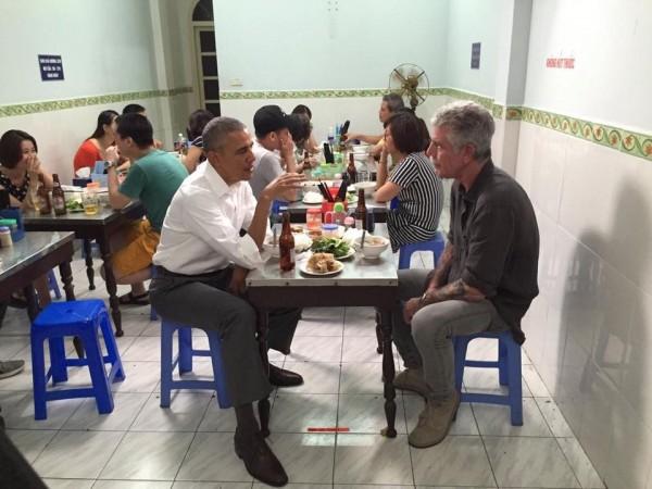 歐巴馬與美國名廚波登在越南一家小吃店品嘗越南美食。(圖片取自Anthony Bourdain的臉書)