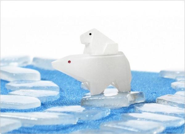 「Meltdown」桌遊中,北極熊母子在「融化中的冰」上失散,玩家們必須在冰塊融化前將他們團聚。(圖片擷取自GEOlino MELTDOWN官方網站)