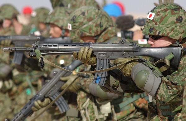 陸上自衛隊23日進行例行戰鬥訓練時,發生誤傷事件,兩名自衛隊隊員中彈受傷。圖為示意圖,非新聞當事人。(美聯社)