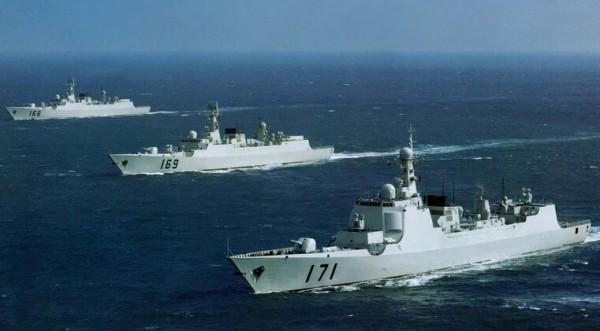 中國近來派出4艘主力船艦從海南島出發,竟然一路往南航行到印尼,然後東往西太平洋,預計幾天後往北回到中國,剛好繞行菲律賓一圈。(圖擷自中國今日軍事網站)