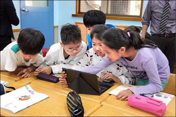 北市府要推「一生一平板」,105學年度起挑選學校試辦,圖為市大附小學生用電腦上課情形。 (市大附小提供)
