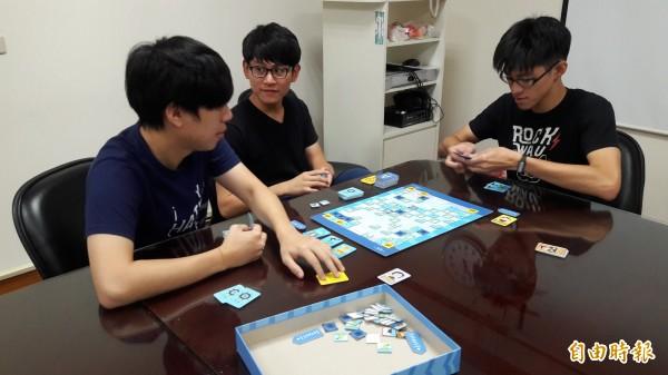 交通大學學生推出全國首創的程式設計教育桌遊「海霸」,可供2-8人同時玩,讓學童在海域尋找寶藏,其中可透過遊戲了解程式設計且能進行策略分析與思考。(記者洪美秀攝)
