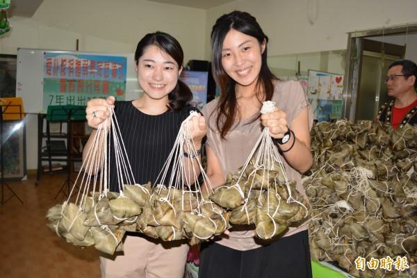來自日本的荒木祐紀子(左)、橘田史奈(右)在端午節前夕送愛心粽給弱勢家庭。(記者湯世名攝)