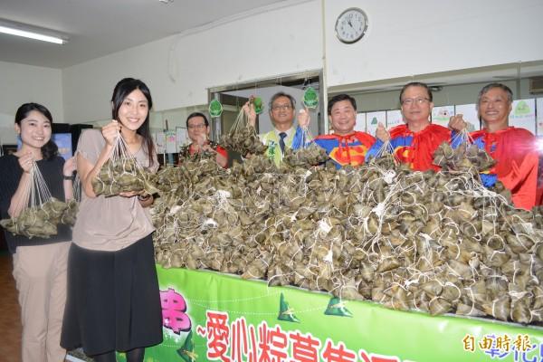 來自日本的荒木祐紀子(左1)、橘田史奈(左2)等人在端午節前夕送愛心粽給弱勢家庭。(記者湯世名攝)