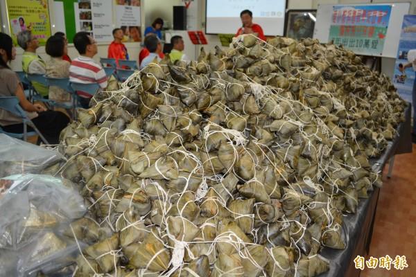 活動會場的粽子堆積如山,都是要送給弱勢家庭。(記者湯世名攝)