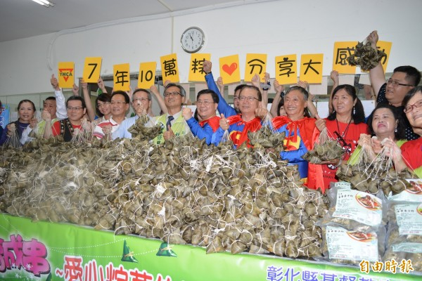YMCA成員們準備將堆積如山的粽子捐贈給弱勢家庭。(記者湯世名攝)