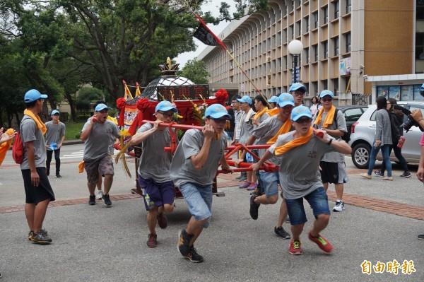靜宜大學學生舉辦王勳文化祭,在校園跑大轎。(記者歐素美攝)