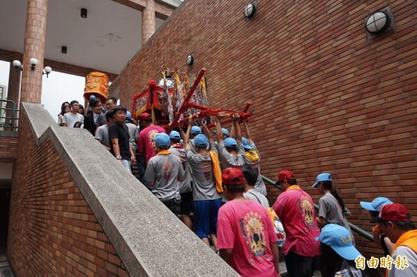 靜宜大學學生舉辦王勳文化祭,神轎進入校園巡境還爬樓梯,十分特別。(記者歐素美攝)