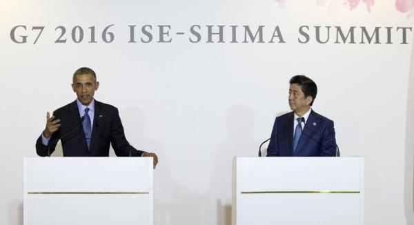美國總統歐巴馬(右)25日在G7高峰會前與日本首相安倍晉三會面後召開聯合記者會。(美聯社)