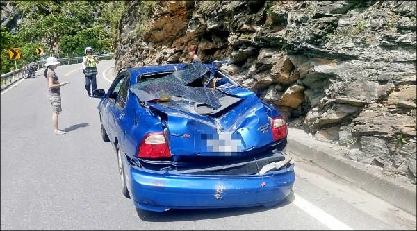 昨早台八線一七二點八公里處慈母橋東端,又有排球般大的落石從高處崩壁滑落,恰巧砸中一輛小客車,所幸駕駛與乘客幸運逃過一劫。(記者王峻祺翻攝)