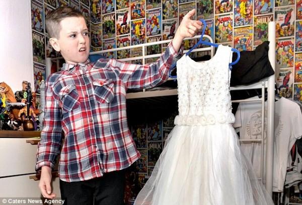 英國一名12歲女童,拋開了長髮與裙子的束縛,以男孩的身分重新開啟新的生活。(圖擷自每日郵報)
