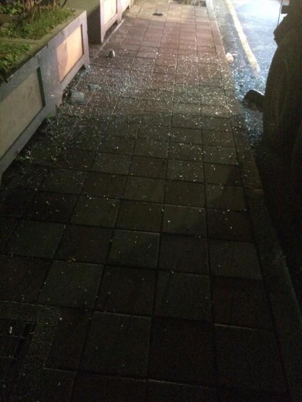 人行道上都是碎玻璃。(圖擷取自爆料公社)