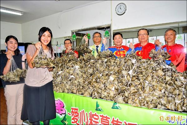 來自日本的荒木祐紀子(左一)、橘田史奈(左二)等人,在端午節前夕送愛心粽給弱勢家庭。(記者湯世名攝)