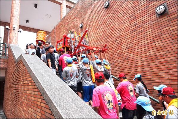 靜宜大學學生舉辦「王勳文化祭」,神轎遶境還爬樓梯,引人注目 。(記者歐素美攝)