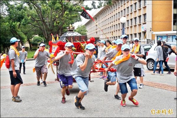 靜宜大學學生舉辦「王勳文化祭」,在校園跑大轎。(記者歐素美攝)