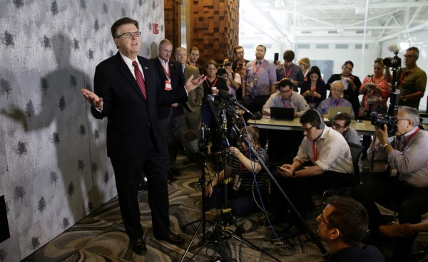 德州副州長派翠克13日在記者會上公開反對歐巴馬針對跨性別學生所下達的廁所令。(美聯社)