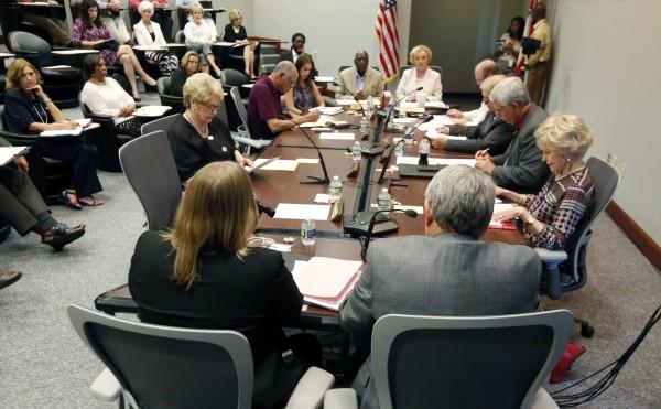 密西西比州教育廳與該州督學24日就歐巴馬針對跨性別學生的廁所令開會討論,最後以9比0通過支持州政府反對歐巴馬的命令。(美聯社)