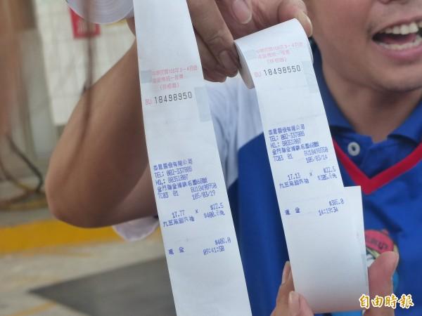 金門一六八加油站開出的統一發票中到一千萬元,業者同時出示中獎與末三碼差四百號的存根聯。(記者吳正庭攝)