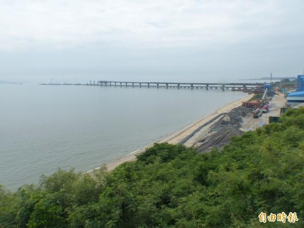 金門大橋橫跨金烈海域,工程進度嚴重落後。(記者吳正庭攝)