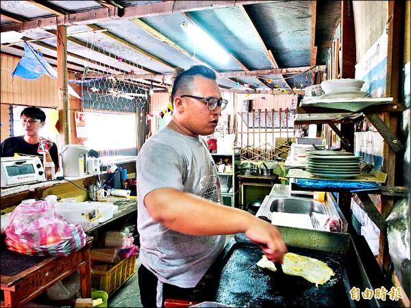 布農族青年在部落裡創造就業機會,成立鸞山部落第一家早餐店。(記者王秀亭攝)