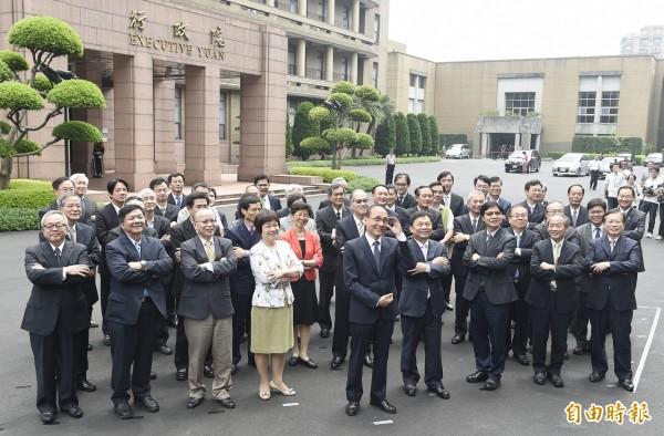 內閣團體照首度以俯角拍攝,傳達出不一樣的新視野。(記者陳志曲攝)