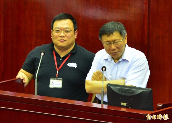 中國官媒日前刊出一篇以單身觀點批評總統蔡英文的文章,前台北市府顧問洪智坤(左)指出,這則文章打亂了中國的文攻策略。(資料照,記者王藝菘攝)