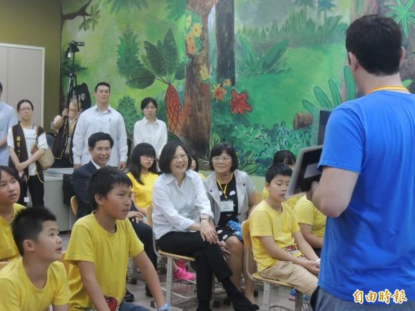 總統蔡英文今下午造訪新北市石門區的乾華國小,與學童一起上英文課。(記者葉冠妤攝)