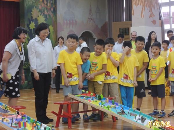 總統蔡英文今下午造訪新北市石門區的乾華國小,與學童一起大玩彈珠台。(記者葉冠妤攝)