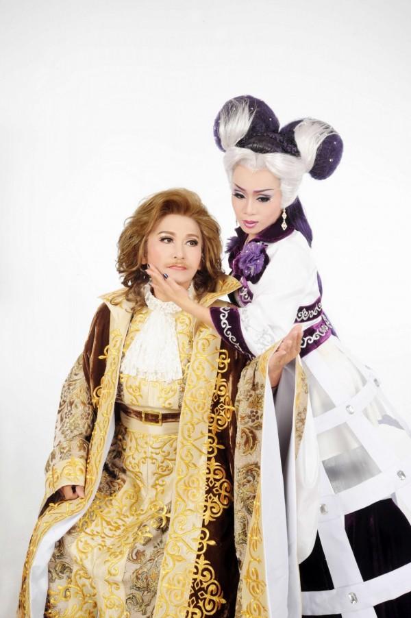 「明珠女子歌劇團」打破傳統要穿宮廷服飾來演歌仔戲,除此之外還要挑戰在戲劇中跳圓舞曲,帶來一場《南方夜談》。(記者王捷翻攝)