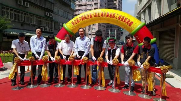 新北市長朱立倫(中)被民眾目睹在新店出席活動,為了當地一條小路的開通儀式親自剪綵。(圖擷自PTT)