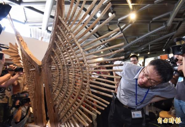 原住民風味館轉型為原民生活美學館,並於今日重新開幕,台北市長柯文哲(右)特地前往參觀,並在木雕藝術家希巨蘇飛解說下,欣賞木雕作品。(記者劉信德攝)