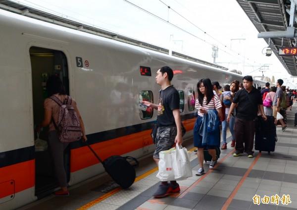 高鐵改點後,首度出現直達車停靠台南站的營運模式,讓台南到台北時間縮短到87分鐘(資料照,記者吳俊鋒攝)
