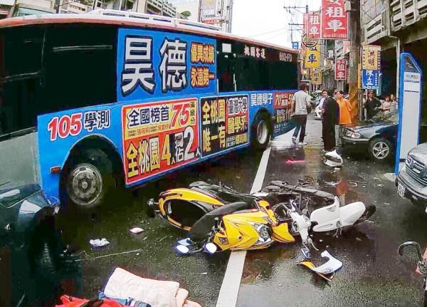 公車與多輛汽機車發生碰撞車禍。(記者周敏鴻翻攝)