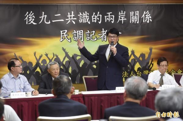 東吳大學政治系兼任教授游盈隆(右二)主持「總統聲望、統獨傾向與後九二共識的兩岸關係」民調記者會,公布多項前後任政府相對數據。(記者叢昌瑾攝)