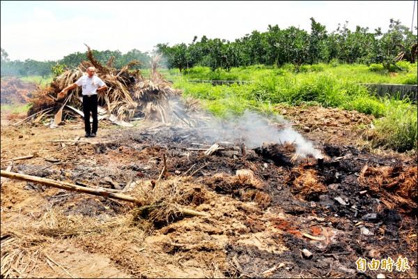 環保人員與警方在斗六市嘉東里劉厝庄一處農地,發現燃燒中的廢棄物。(記者詹士弘攝)